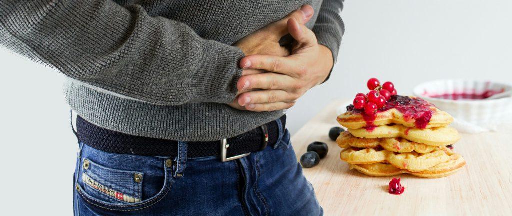 אילו מזונות יכולים לגרום לכאבי בטן.